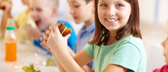 ninos-comiendo-en-la-escuela