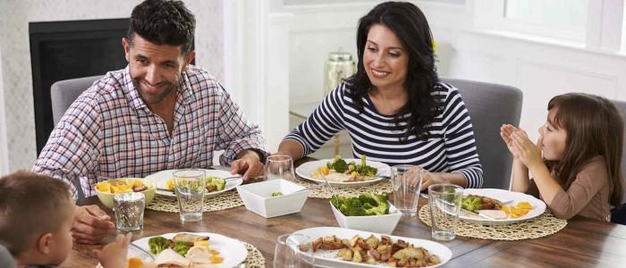 familia-cenando